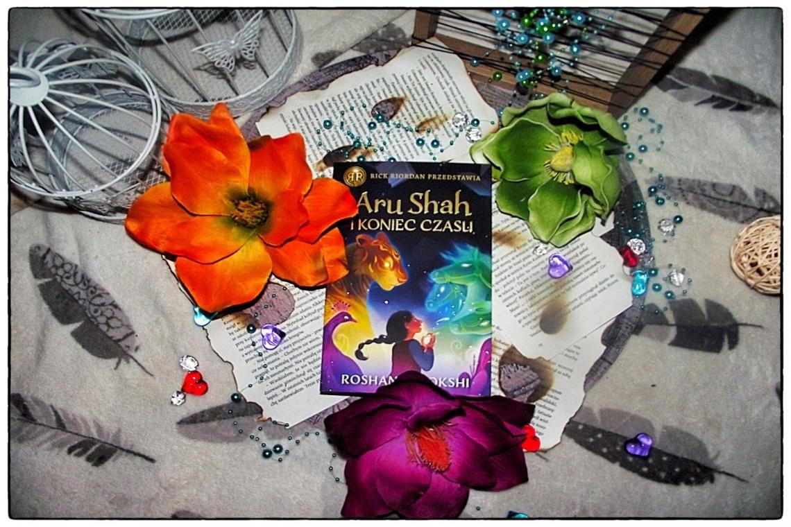 Barwna okładka Aru Shah pośród kwiatów, pereł i piór.